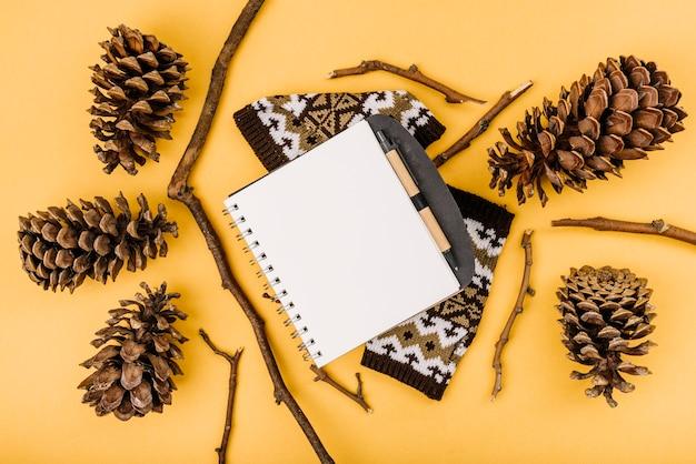 Notebook między gałązkami i zaczepami