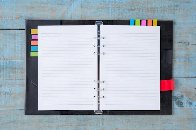 Notebook na niebieski tabeli drewna