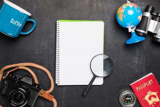Notebook otoczony elementami podróży