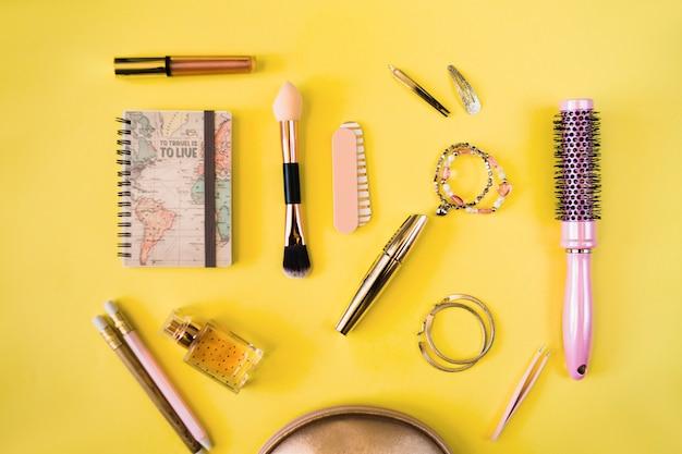 Notebook w pobliżu kosmetyków i zapasów fryzjerskich
