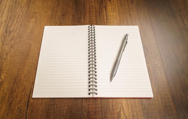 Notebook z ołówkiem na górze