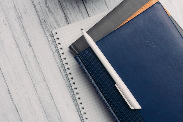 Notebooki dokumenty biurowe stacjonarne rekordy biznesowe z bliska.