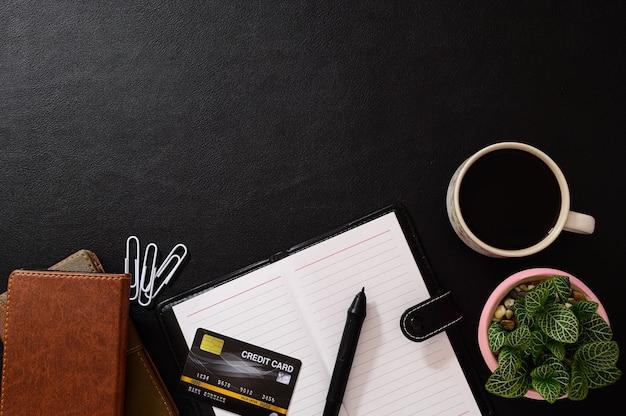 Notebooki, karty kredytowe i kubki do kawy