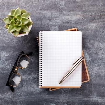 Notepad z piórem, szkła, kwiatu biznesowy pojęcie