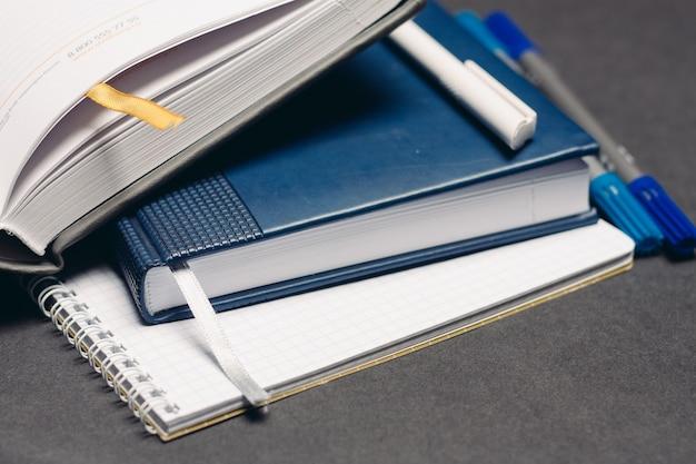 Notesy długopisy artykuły biurowe biurkowe szare.