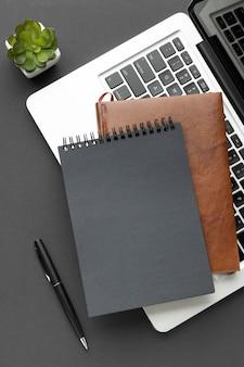Notesy z widokiem z góry w układzie laptopa