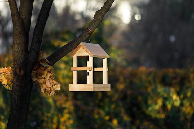 Nowa drewniana budka lęgowa