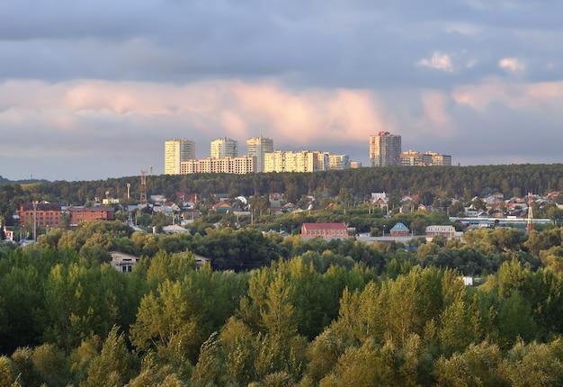 Nowa dzielnica mieszkalna o zachodzie słońca