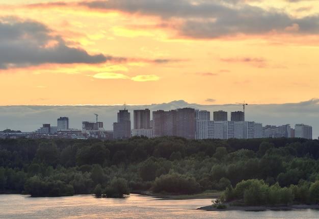 Nowa Dzielnica Mieszkalna O Zachodzie Słońca Premium Zdjęcia