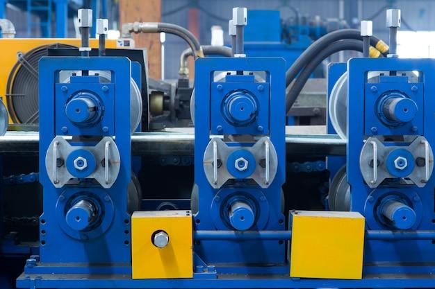 Nowa i mocna maszyna do obróbki metali w nowoczesnym warsztacie