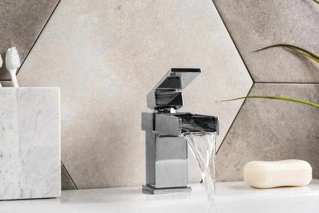 Nowa i nowoczesna bateria stalowa z umywalką ceramiczną w łazience