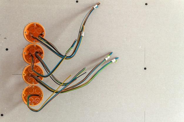 Nowa instalacja elektryczna z plastikowymi skrzynkami gniazdowymi i elektrycznymi