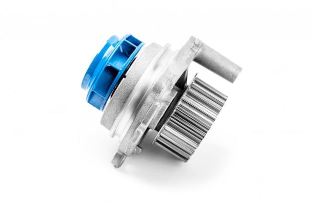 Nowa metalowa pompa samochodowa do chłodzenia pompy wodnej silnika na białym tle. koncepcja nowych części zamiennych do silnika samochodowego