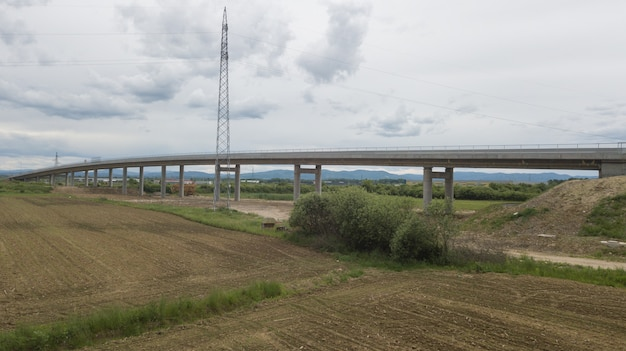 Nowa niedawno wybudowana autostrada w dzielnicy brcko w bośni i hercegowinie