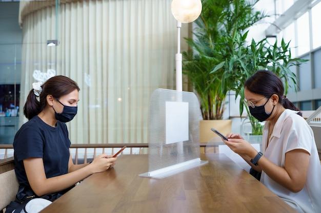 Nowa normalna azjatycka piękność załóż maskę, aby zapobiec wirusom covid 19 lub koronawirusowi.