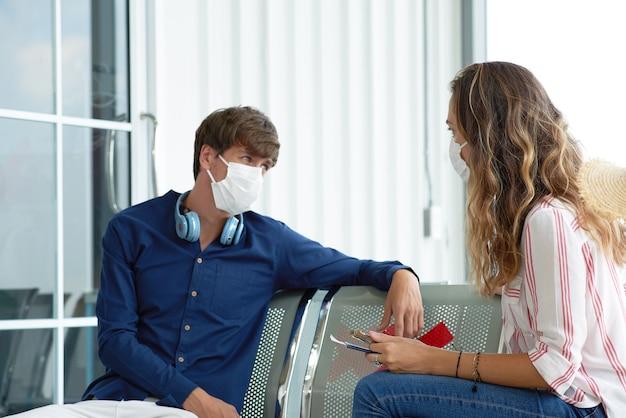 Nowa normalna para podróżująca z maską