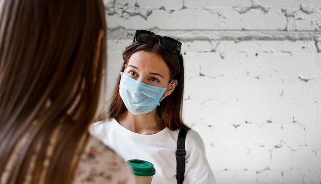 Nowa normalna z maską na twarz i środkami bezpieczeństwa