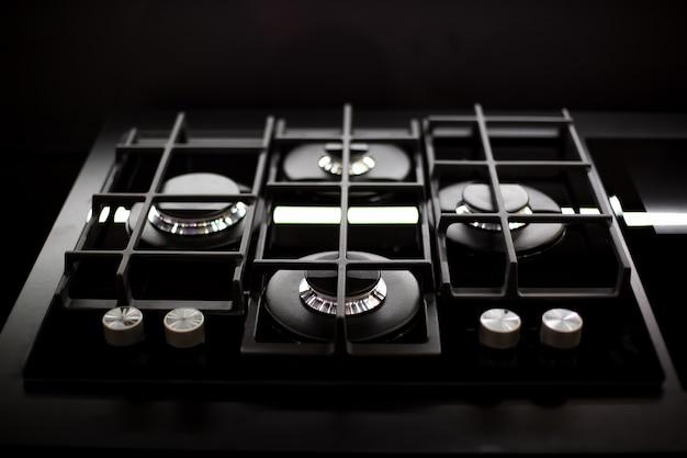 Nowa nowoczesna czarna kuchenka gazowa z czterema palnikami do powierzchni kuchennej ze stali nierdzewnej ruszty żeliwne