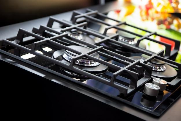 Nowa nowoczesna kuchenka gazowa z czterema palnikami do kuchni ruszty żeliwne ze stali nierdzewnej