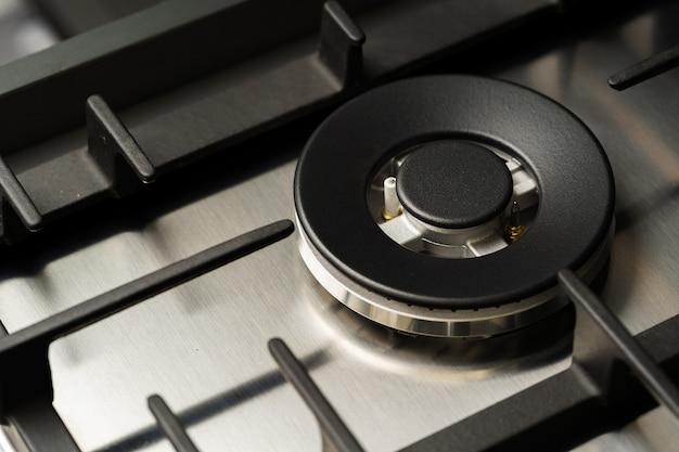 Nowa nowoczesna lśniąca metalowa kuchenka gazowa z bliska