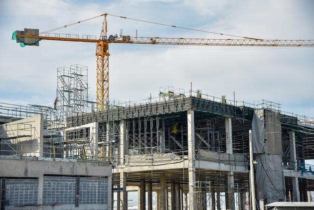 Nowa plac budowy z dźwigiem wieżowym