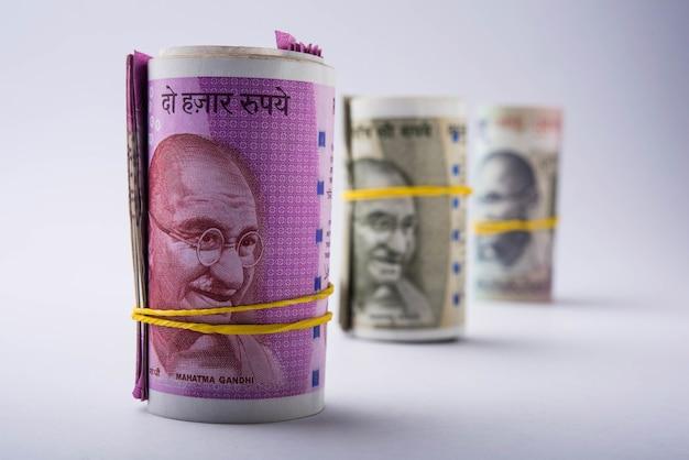 Nowa rolka lub pakiet rupii indyjskich, selektywne skupienie