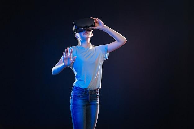 Nowa technologia. zachwycona sympatyczna kobieta patrząca w okulary 3g podczas testowania technologii wirtualnej