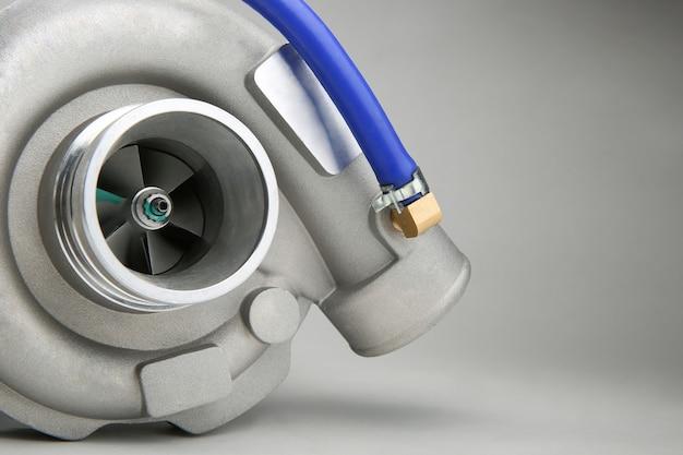 Nowa turbosprężarka jest na białym tle