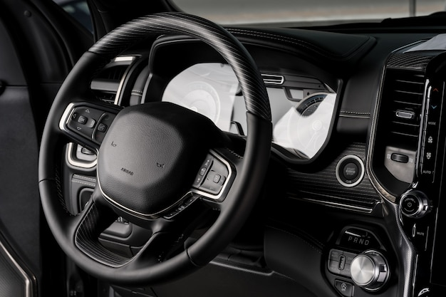 Nowa wewnętrzna kierownica samochodu, z bliska wyświetlacz elektrycznej deski rozdzielczej - poduszka powietrzna