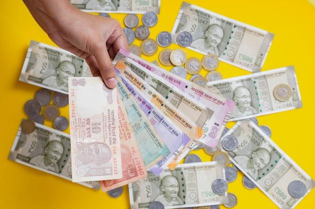 Nowe banknoty w walucie indyjskiej o wartości 50, 200, 500 i 2000 rupii.