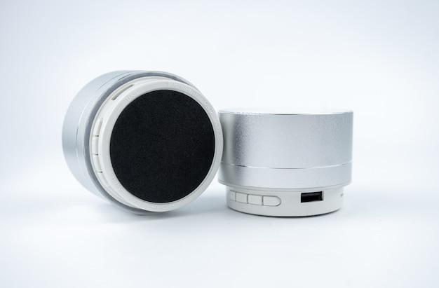 Nowe bezprzewodowe mini głośniki no name w kolorze szarym na białym tle