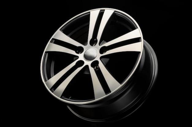 Nowe czarne, matowe felgi aluminiowe, zbliżenie na ciemnym tle. szprychy dysku ze srebrnym rowkiem.