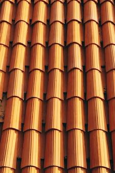 Nowe czyste brązowe dachówki na dachu budynku