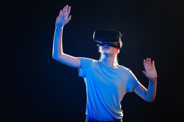 Nowe doświadczenia. miła atrakcyjna kobieta w okularach 3d będąc w wirtualnej rzeczywistości