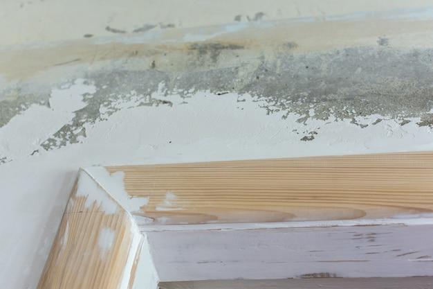 Nowe drewniane skosy drzwiowe, szpachlowanie ościeżnicy, prace remontowo-budowlane w mieszkaniu