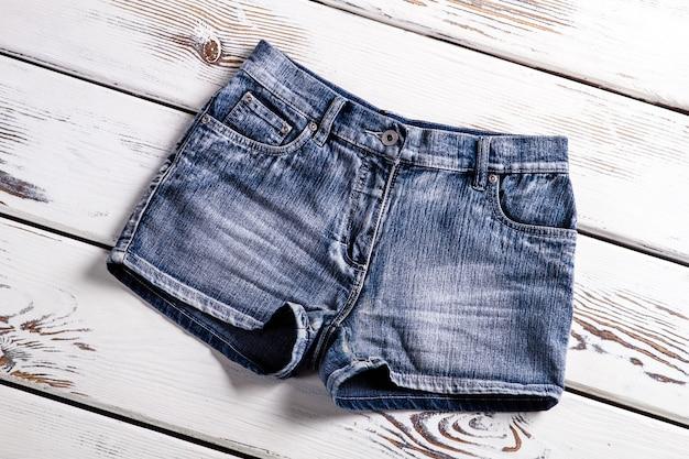 Nowe dżinsowe szorty damskie. nowe spodenki jeansowe na gablocie. damskie spodenki jeansowe w stylu vintage. krótkie spodenki damskie.