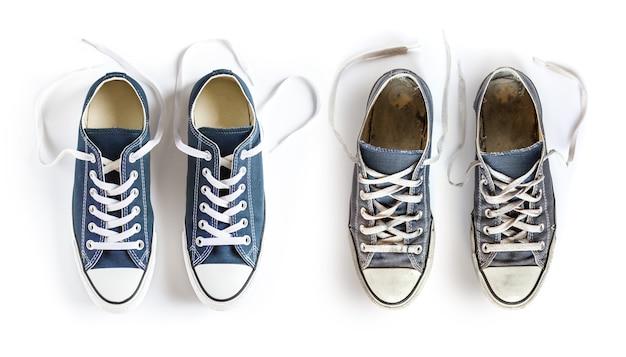 Nowe i stare niebieskie trampki ogólne na białym tle