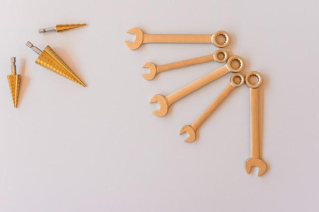 Nowe klucze na szarym tle, widok z góry z miejscem na tekst. profesjonalne narzędzia hydrauliczne ze śrubami mocującymi.