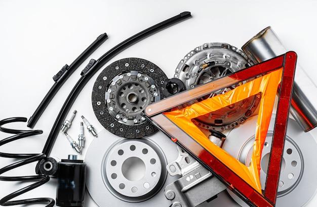 Nowe metalowe auto części na szarym tle