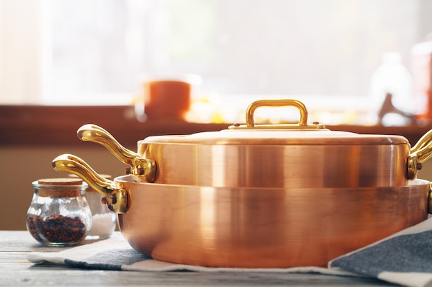 Nowe miedziane naczynia kuchenne do profesjonalnej kuchni z bliska