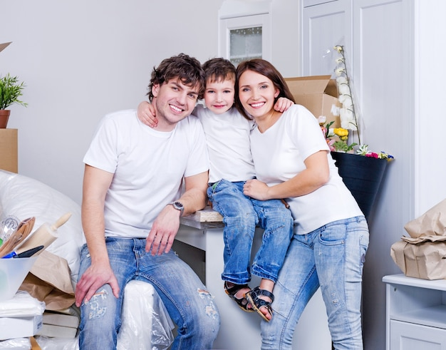 Nowe mieszkanie dla młodej, szczęśliwej rodziny