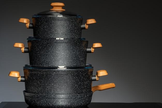 Nowe naczynia na czarnym tle, widok z przodu