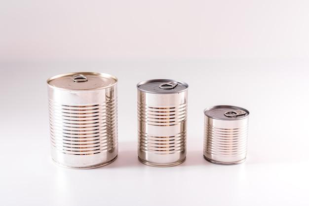 Nowe, nieopisane puszki aluminiowe