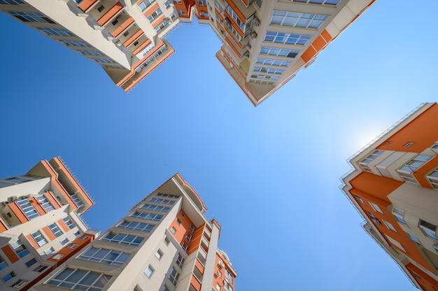 Nowe, nowoczesne apartamentowce kręcone od dołu