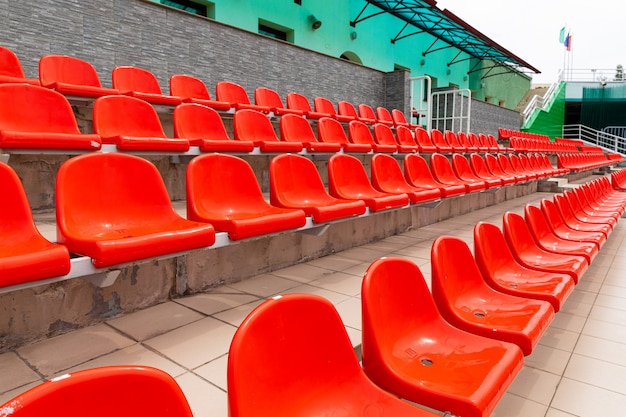 Nowe pomarańczowe miejsca siedzące z tworzywa sztucznego dla widzów sportowych