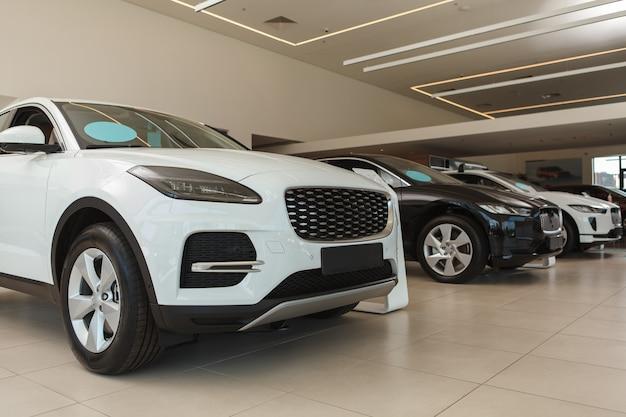 Nowe samochody suv zaparkowane w salonie samochodowym, kopia przestrzeń
