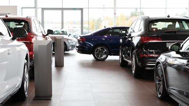 Nowe samochody w salonie