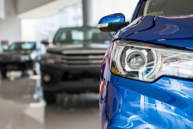 Nowe samochody w tle wnętrza salonu dealera