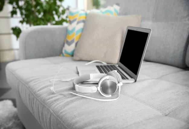 Nowe słuchawki na kanapie w salonie