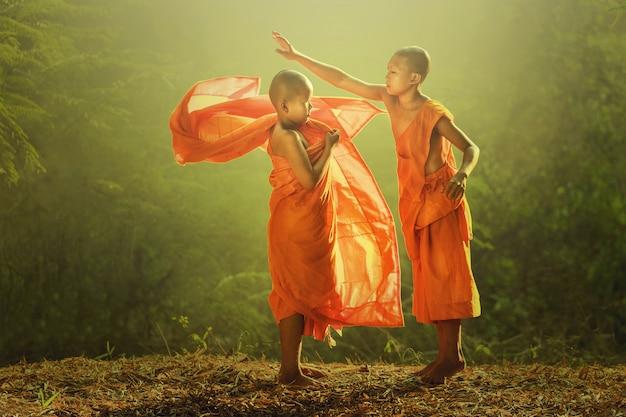 Nowe święcenia nowicjatu zakrywające się szaty aby przygotować się do wykonywania obowiązków domowych